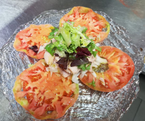 Ensalada de tomate rosa con ventresca